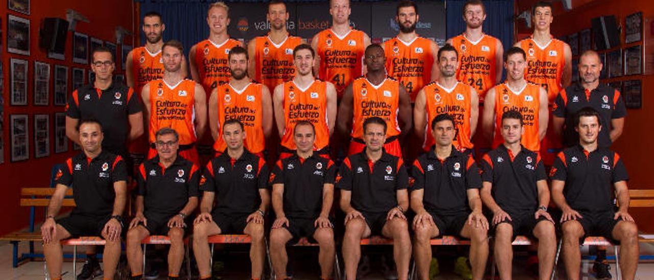 La plantilla completa del Valencia Basket de esta campaña con el extécnico del Granca Pedro Martínez, en el centro de la imagen.