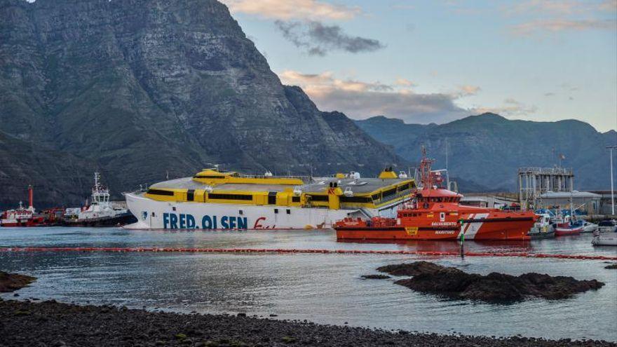 Así fue el atraque del barco de Fred Olsen encallado en Agaete