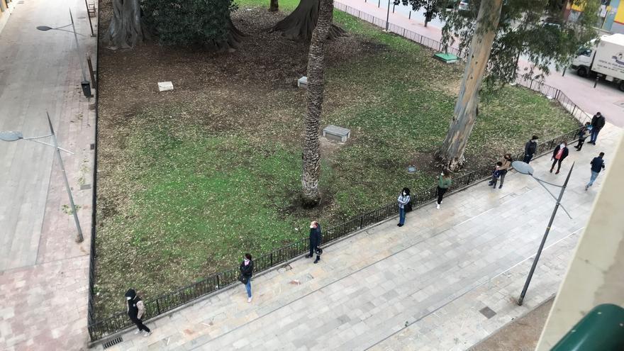 La cola de espera para el punto covid del Cuartel de Artillería enciende a los vecinos