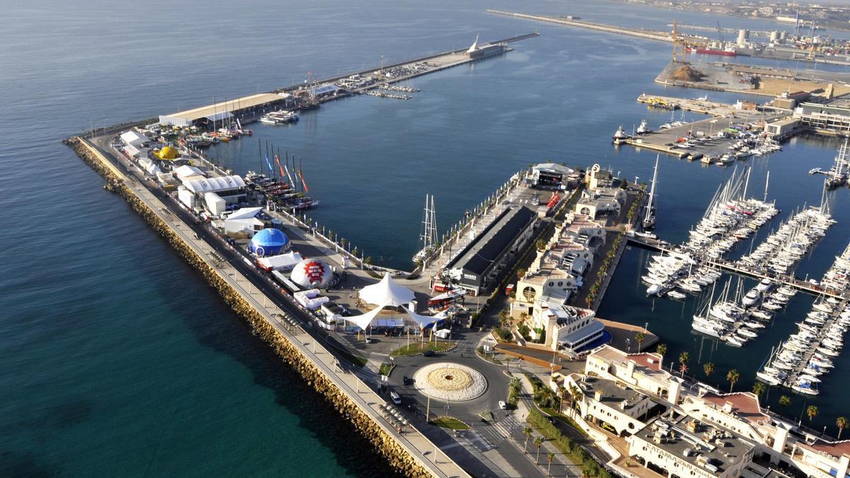 Vista general del puerto de Alicante en uno de los años que coincide con la salida de la Volvo