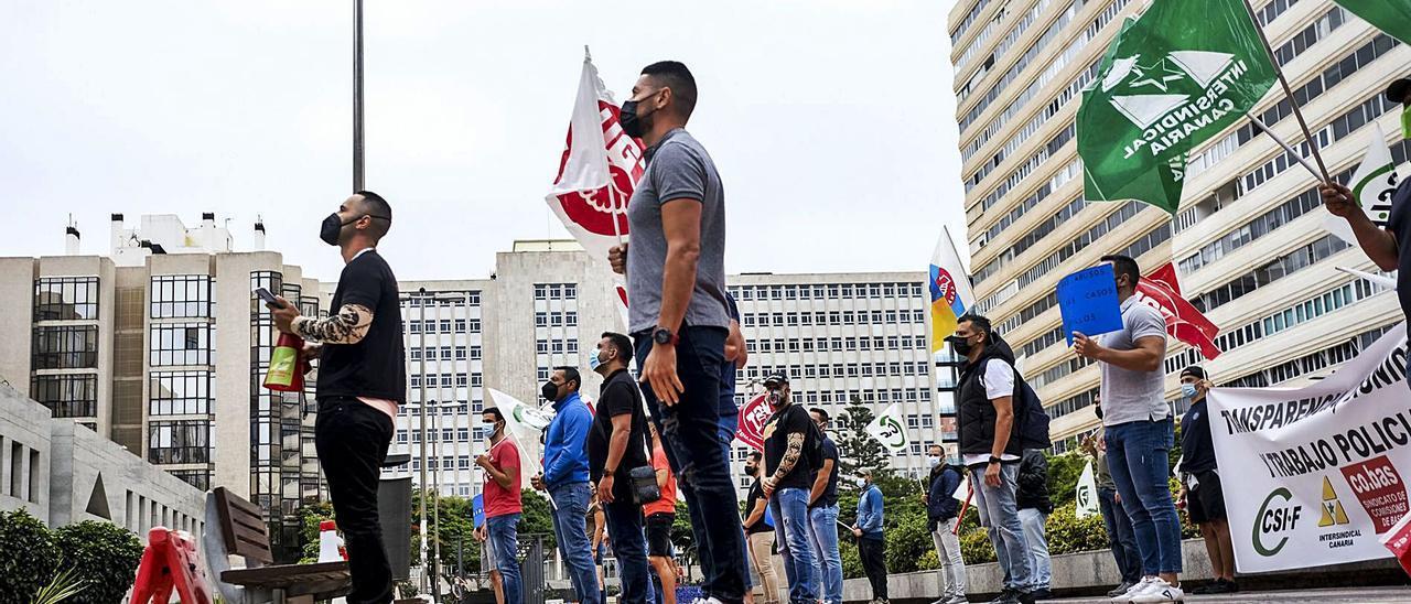 Imagen de la protesta que protagonizaron ayer sindicatos y agentes de la Policía Canaria ante la sede de Presidencia del Gobierno. | | JOSÉ CARLOS GUERRA