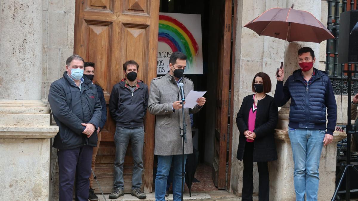 El concejal de Juventud del Ayuntamiento de Teruel, Ramón Fuertes, lee el manifiesto esta mañana