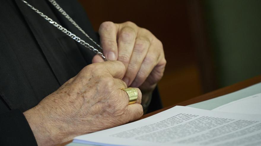 """Parejas homosexuales bendecidas por la Iglesia: """"Los sacerdotes se juegan su sustento por esta acción"""""""