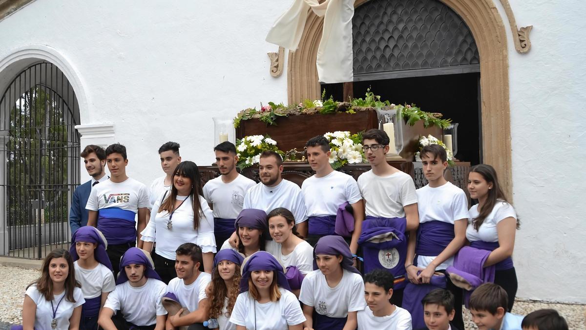 Franciscana Hermandad Salud y Estrella, en los Santos Mártires, con la Cruz de Mayo, en una edición anterior.