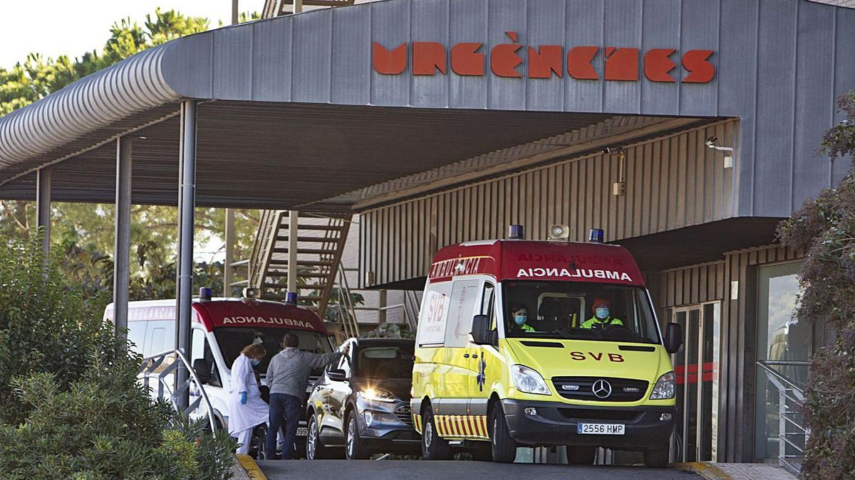 Ambulancias a la puerta del servicio de Urgencias del hospital Lluís Alcanyís de Xàtiva, ayer.   PERALES IBORRA