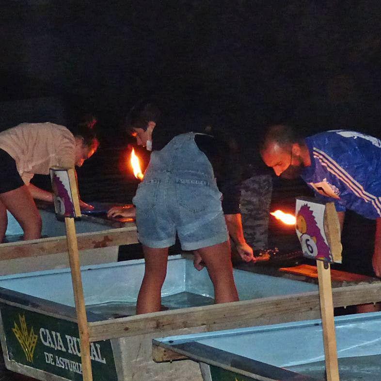 La prueba de bateo nocturno celebrada en Navelgas.   D. A.