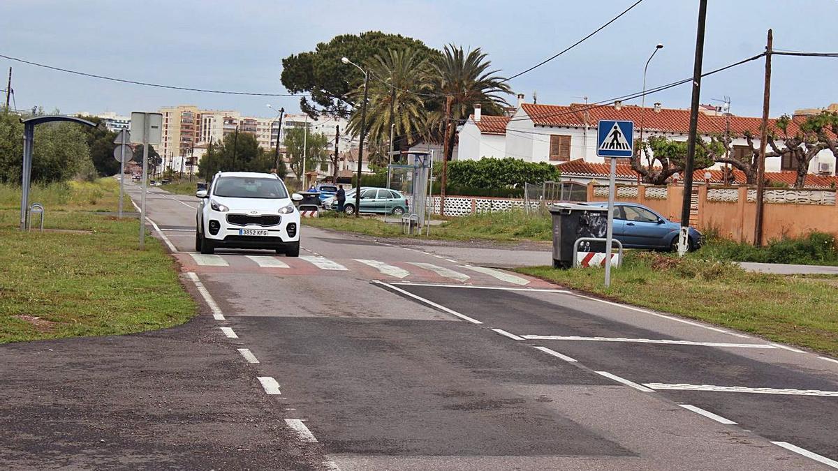 Esta carretera tan frecuentada, que conecta Benicàssim con el Grau, carece de aceras para los peatones.