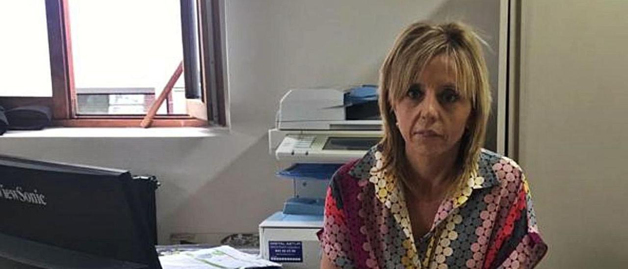 Elena Zapico, en su despacho del Ayuntamiento de Aller.