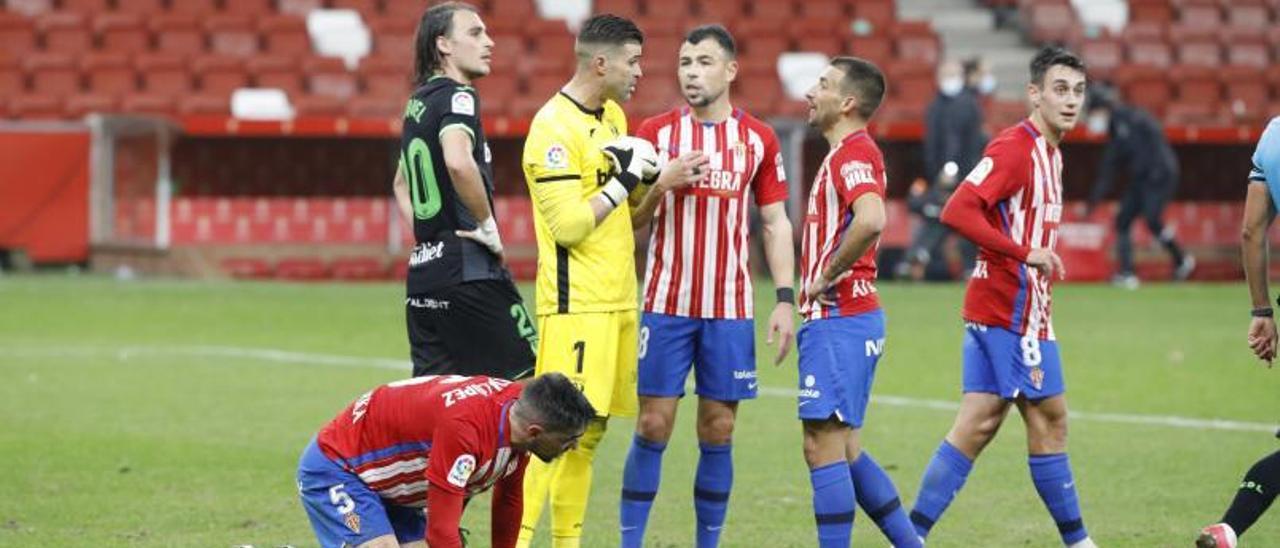 Por la izquierda, Borja López, Miquel, Cuéllar, Javi Fuego, Aitor García y Pedro Díaz, durante el partido del Sporting ante el Leganés disputado el pasado mes de diciembre en El Molinón.   Ángel González