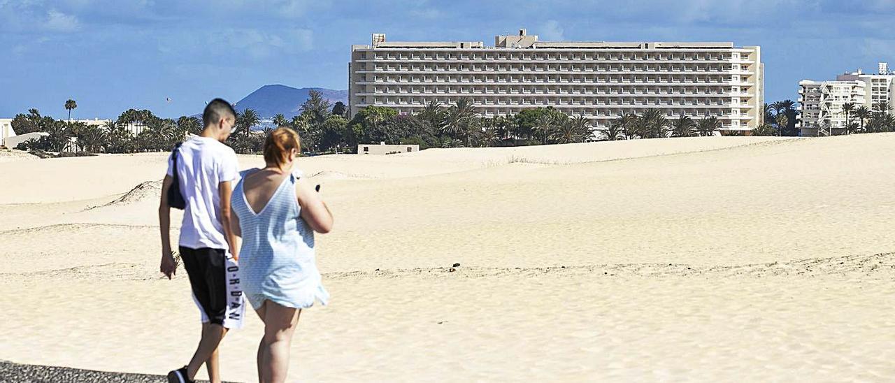 Al fondo, el hotel Oliva Beach, junto a las dunas de Corralejo en Fuerteventura.