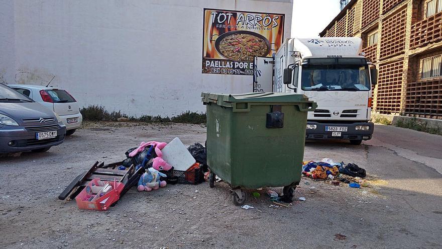 Quejas por basura en una calle de Oliva