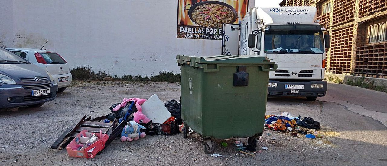 Quejas por basura en una calle de Oliva   LEVANTE-EMV