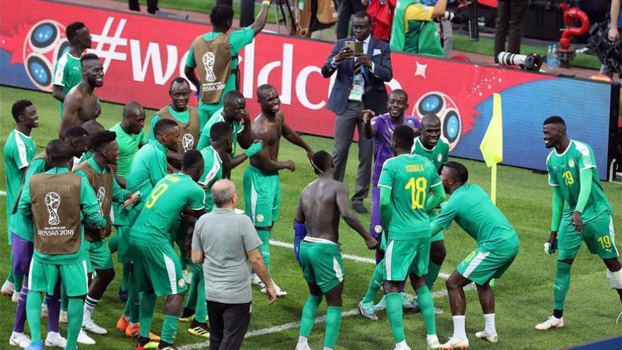 Senegal amarga el debut de Lewandowski y voltea un grupo loco