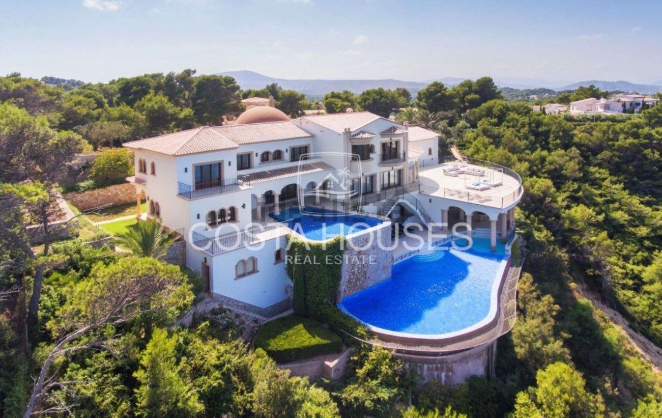 La lujosa mansión de estilo colonial está ubicada en un acantilado de Xàbia.