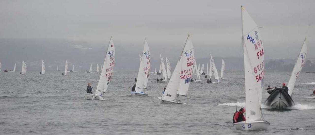 La regata europea de 420 y 470 echa a andar en aguas de Arousa. // Iñaki Abella