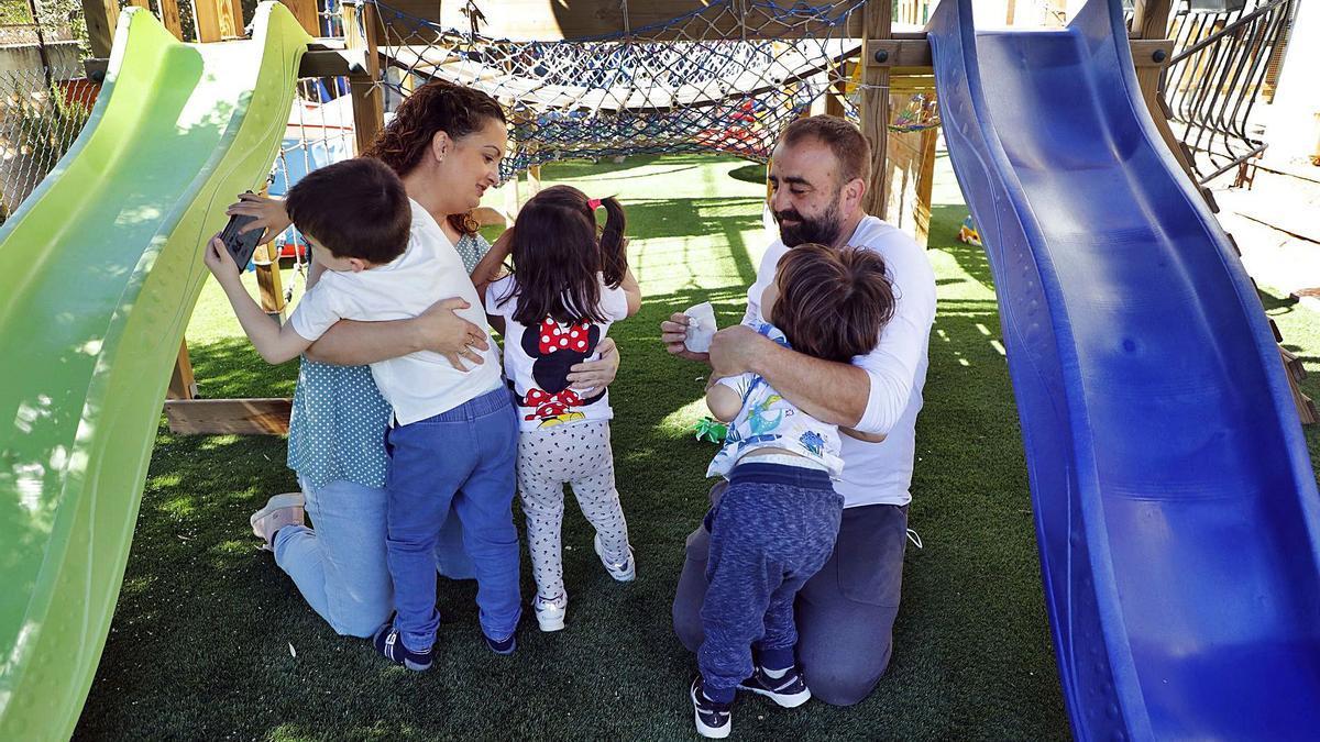 La familia Ramos Soler en su  vivienda de Lliria, con sus tres  hijos pequeños.  M.A.Montesinos