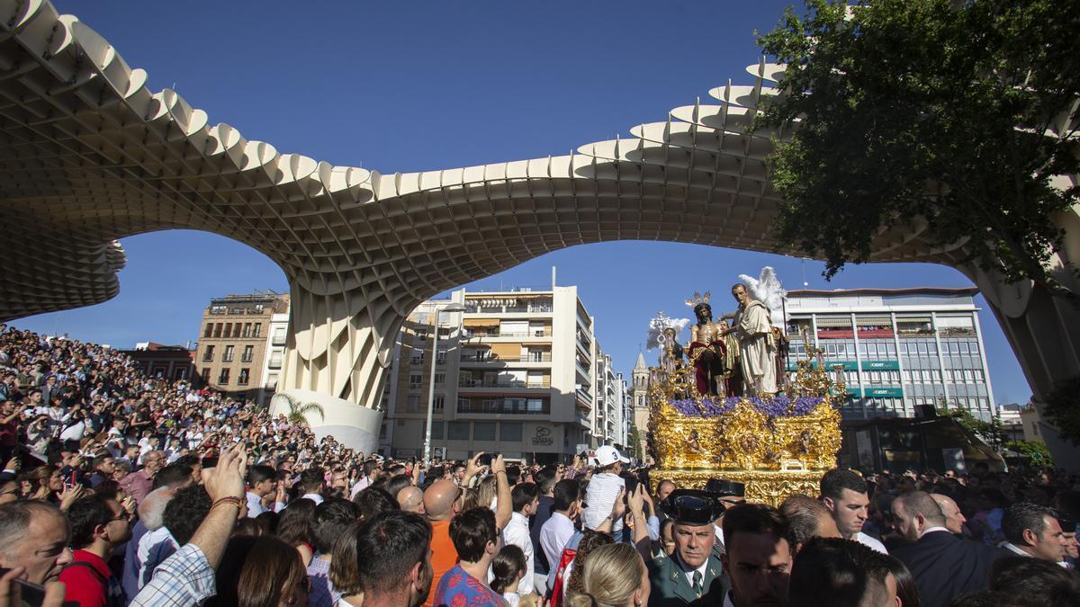 Procesión de la Hermandad de San Benito durante un Martes Santo