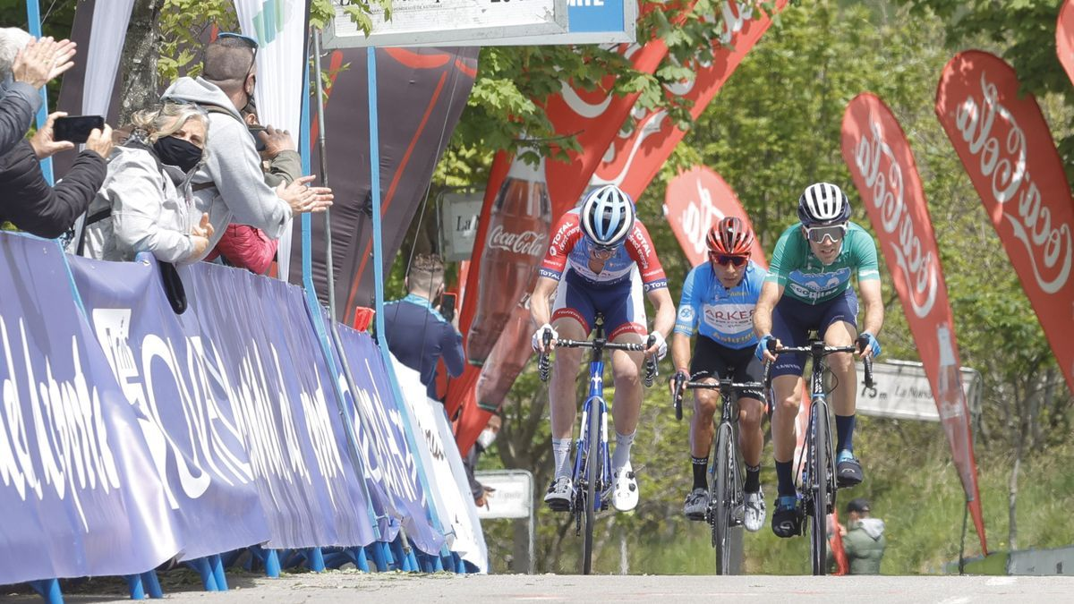 Las imágenes de la última etapa de la Vuelta a Asturias: crónica y reacciones