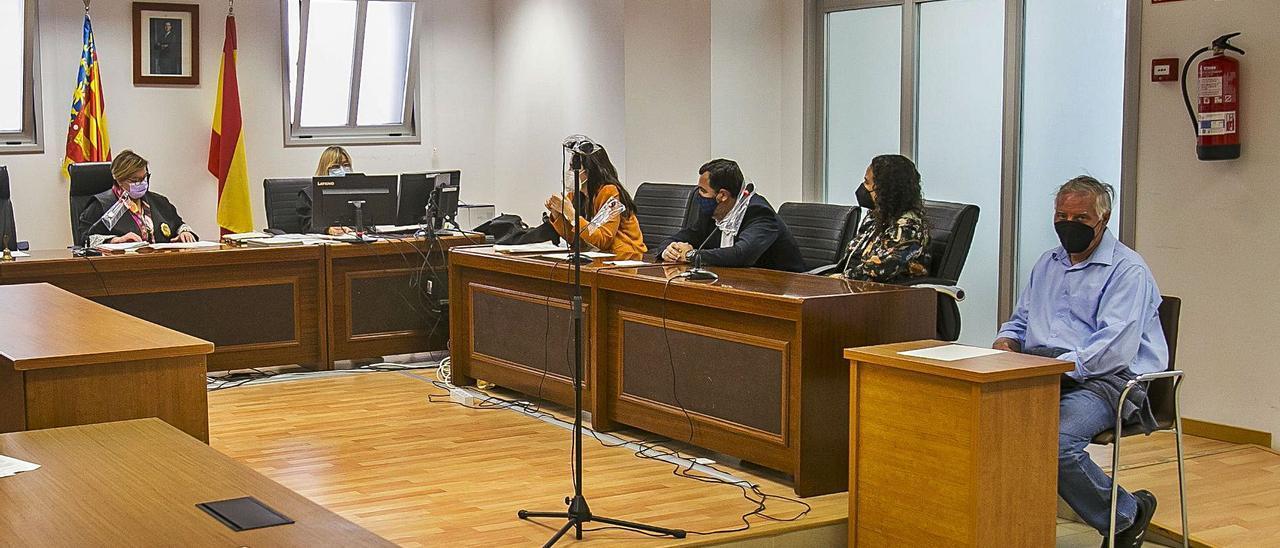 El acusado, a la derecha, ayer en la Audiencia de Alicante momentos antes de escuchar el veredicto. | HÉCTOR FUENTES