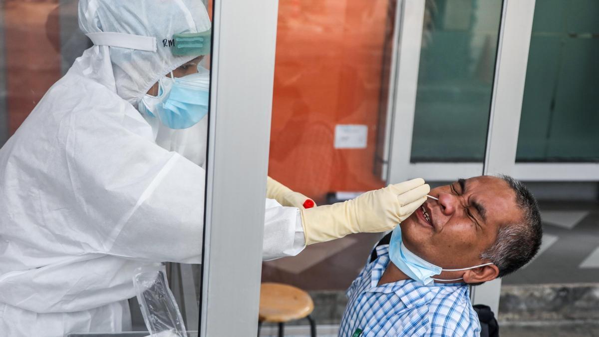 Un hombre se somete a una PCR en Sumatra, Indonesia.