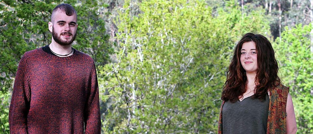 Marcos Sousa y Paula Sendín, en los montes de su parroquia, Couso.   | // MARTA G. BREA