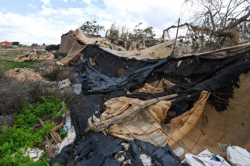 Invernaderos abandonados en la zona de acceso a Playa Vargas
