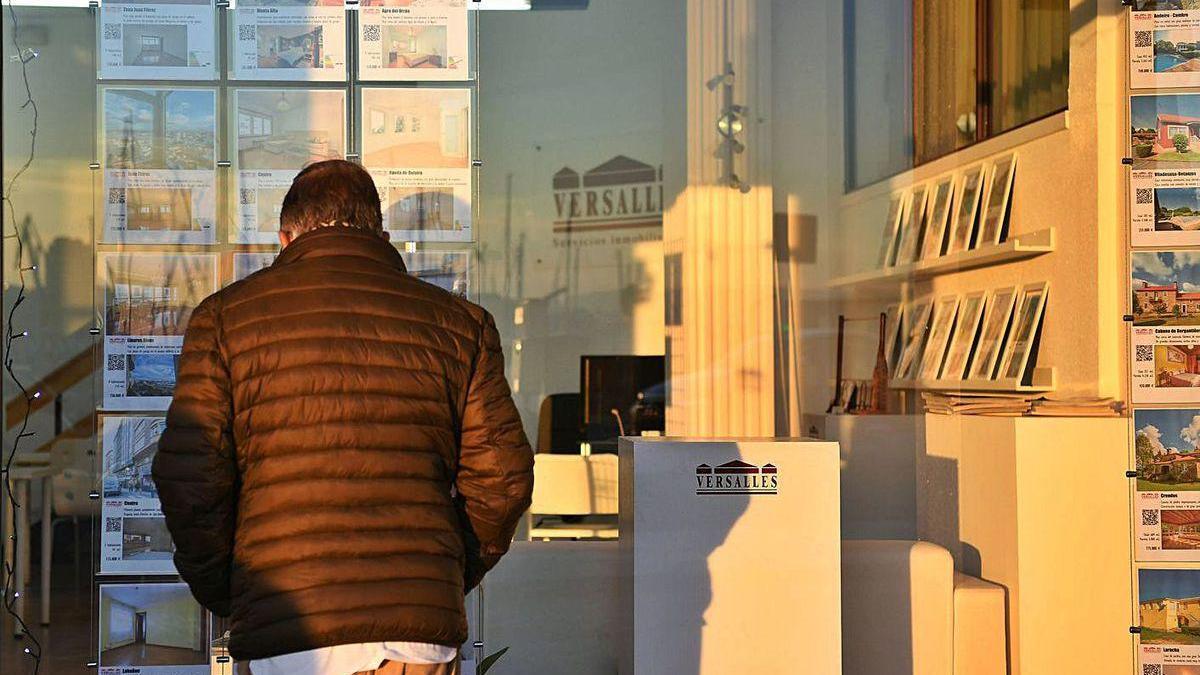 Un hombre mira pisos en una inmobiliaria.