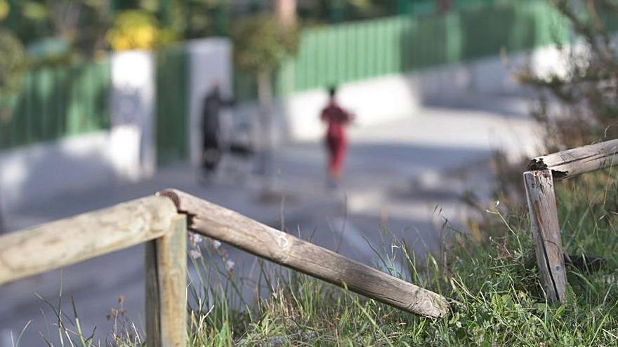 Un parque con una peligrosa valla a tramos