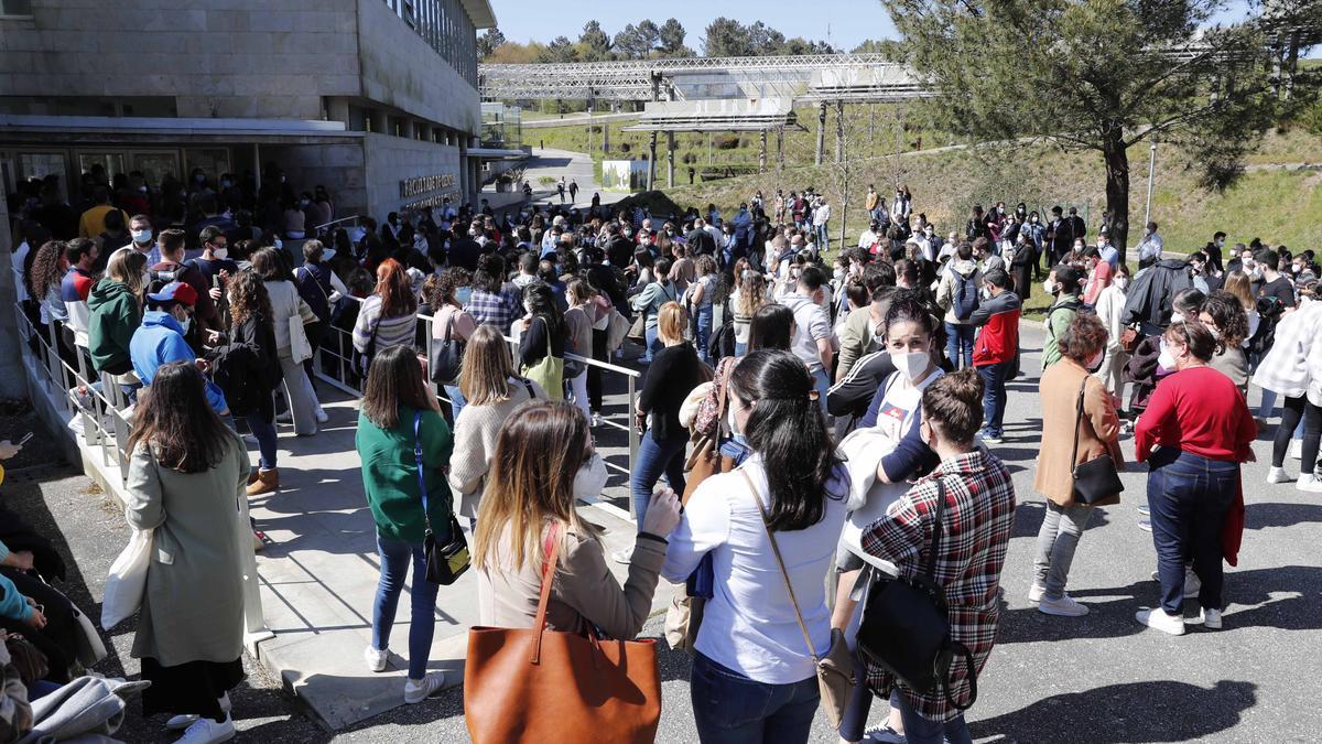 Aspirantes a las plazas de formación sanitaria especializada, ayer, en Vigo.