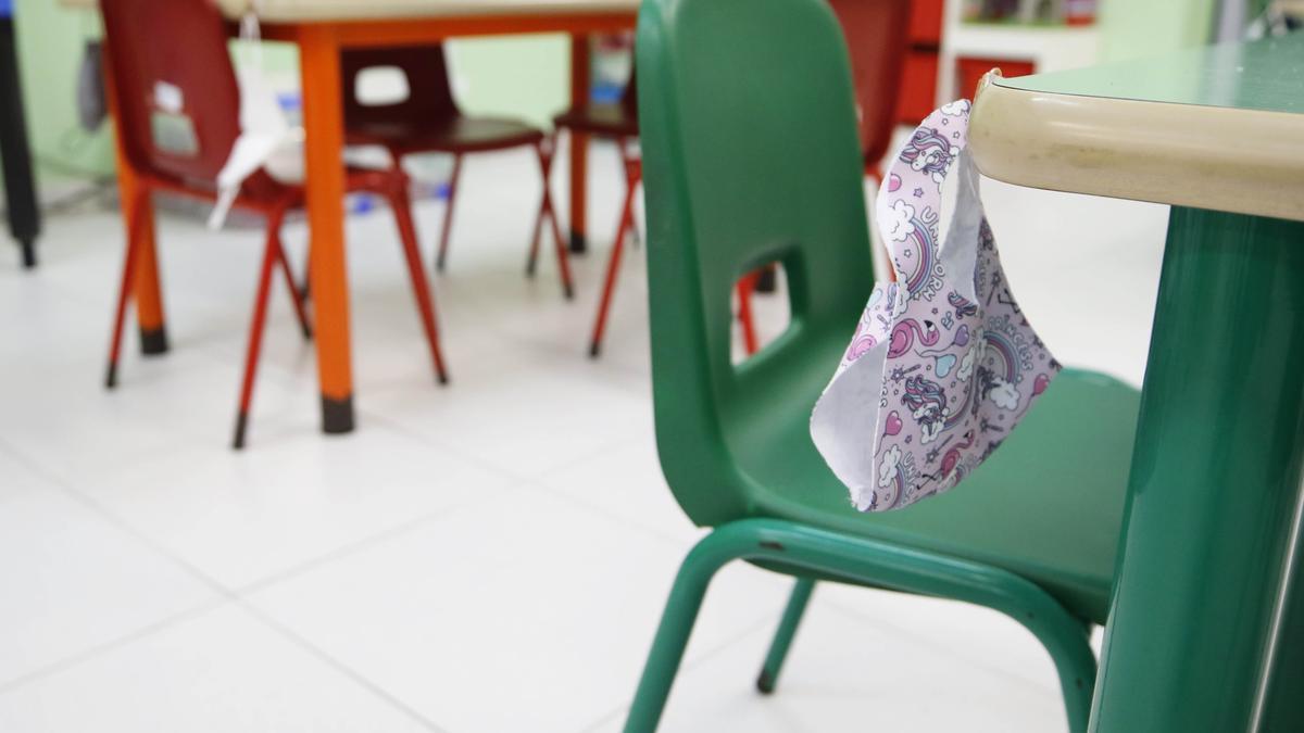 Una mascarilla en una aula del colegio Labor