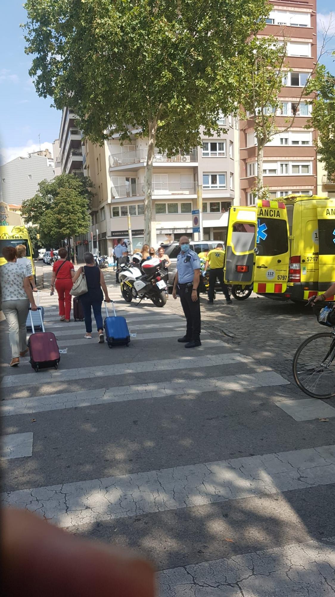 Un cotxe irromp en contra direcció a la plaça Poeta Marquina de Girona i deixa dos ferits
