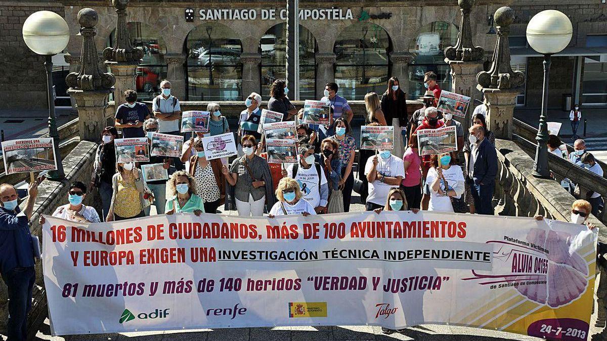 Protesta de víctimas del Alvia y familiares en el séptimo aniversario del accidente en Santiago.
