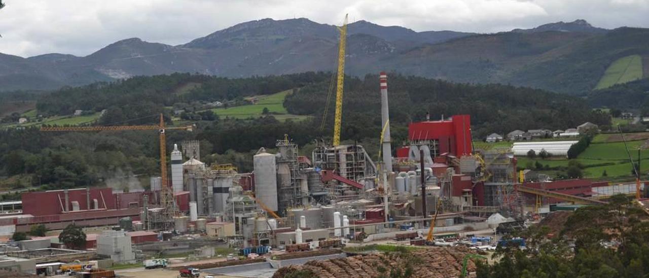 La planta, en plena fase de ampliación, vista desde el concejo de Coaña.