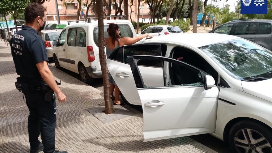 La Policía de Murcia rescata a una niña atrapada en un coche en Beniaján