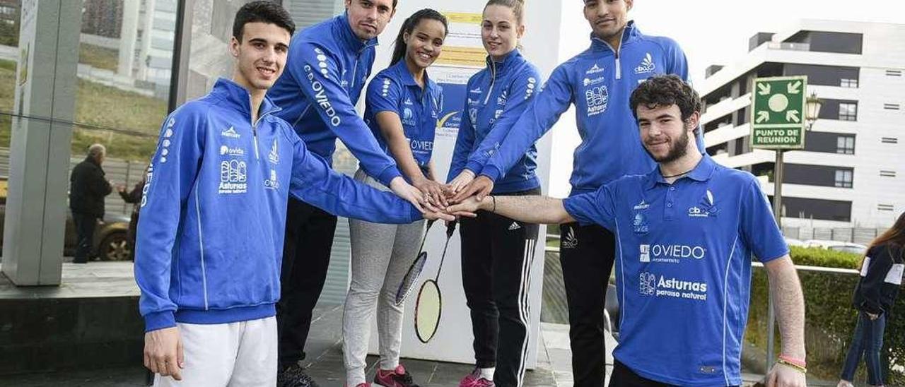 Por la izquierda, Álvaro Leal, Óscar Martínez, Juliana Viana, Laura Solís, Lino Muñoz y Vicente Gázquez, tras el entrenamiento de ayer.