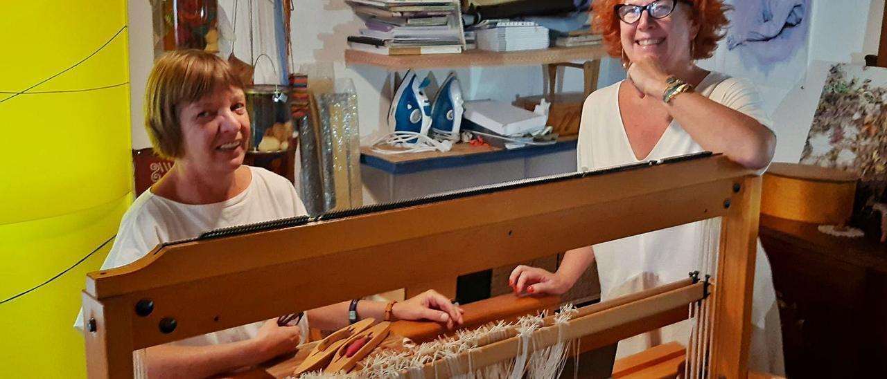 Ulrike Güse y Alicia Salcedo, en uno de los telares de Ulitasloom