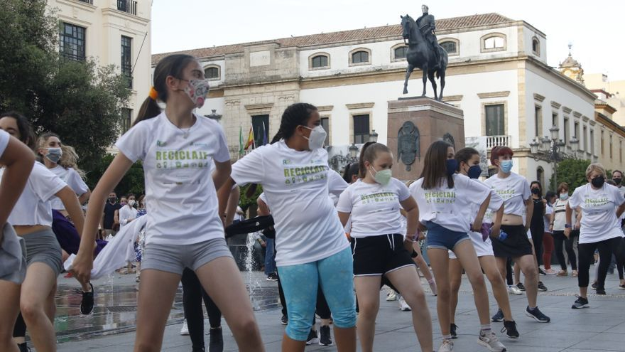 Sadeco anima a reciclar con 'flashmob' en Las Tendillas