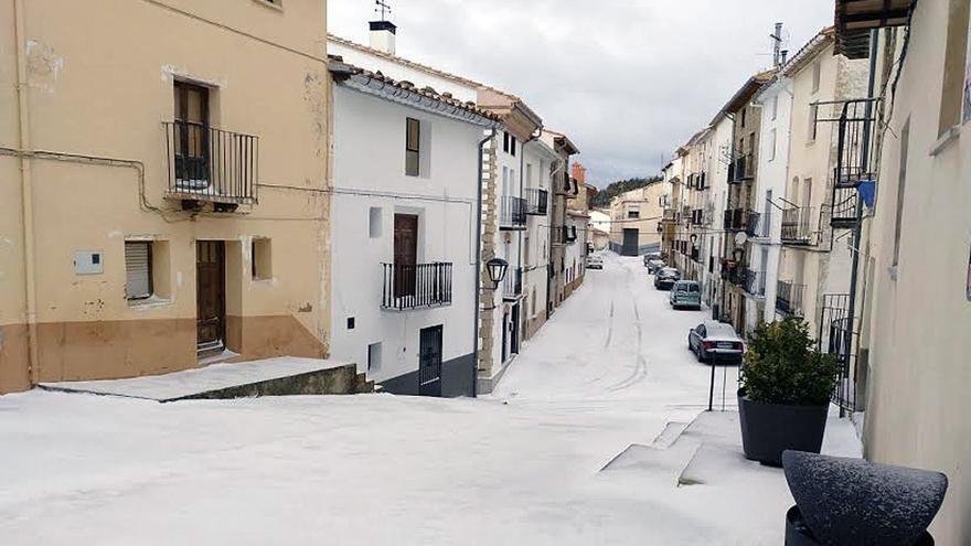 Rescatan a 13 personas en 5 vehículos bloqueados por la nieve en Ares