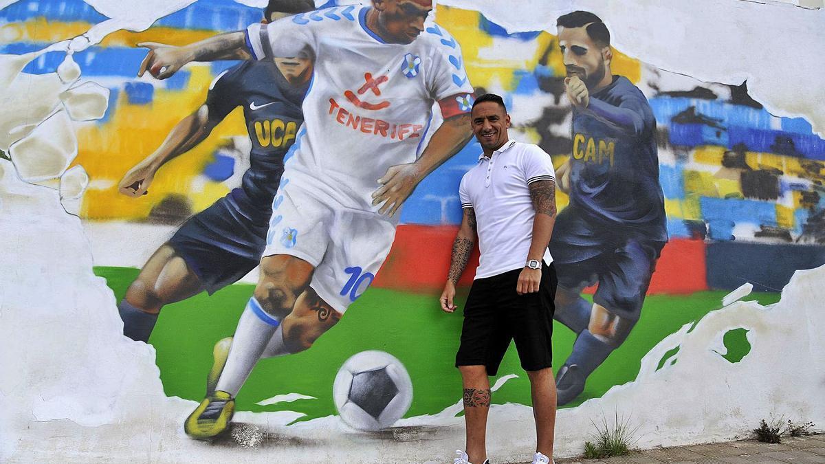 Suso Santana posa en un mural con su figura en una calle del distrito suroeste de Santa Cruz.