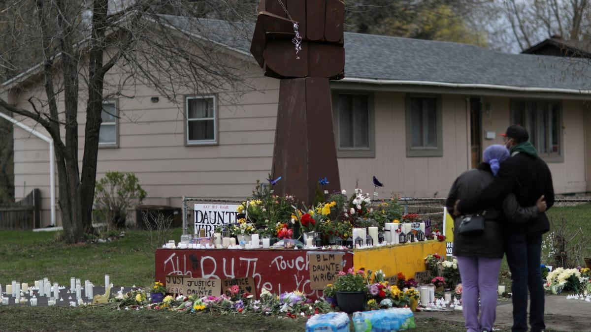 Amigos de Daunte Wright, en el lugar donde recibió el disparo.