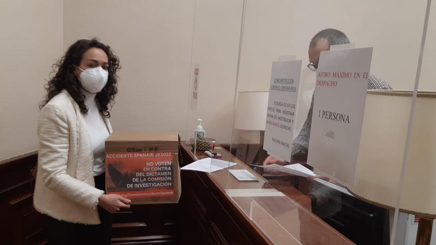 Las víctimas de Spanair entrega firmas al PSOE para pedir su voto a favor del dictamen que culpa a la cúpula de Fomento