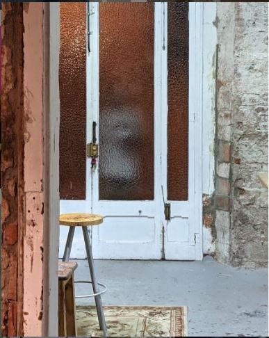 El acosador de Paula Bonet en la puerta de su taller.