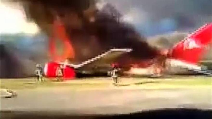 Un avión con 141 pasajeros se incendia en Perú sin causar víctimas