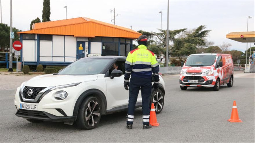 Controls als accessos de l'AP-7 per detectar els conductors que se salten el confinament municipal