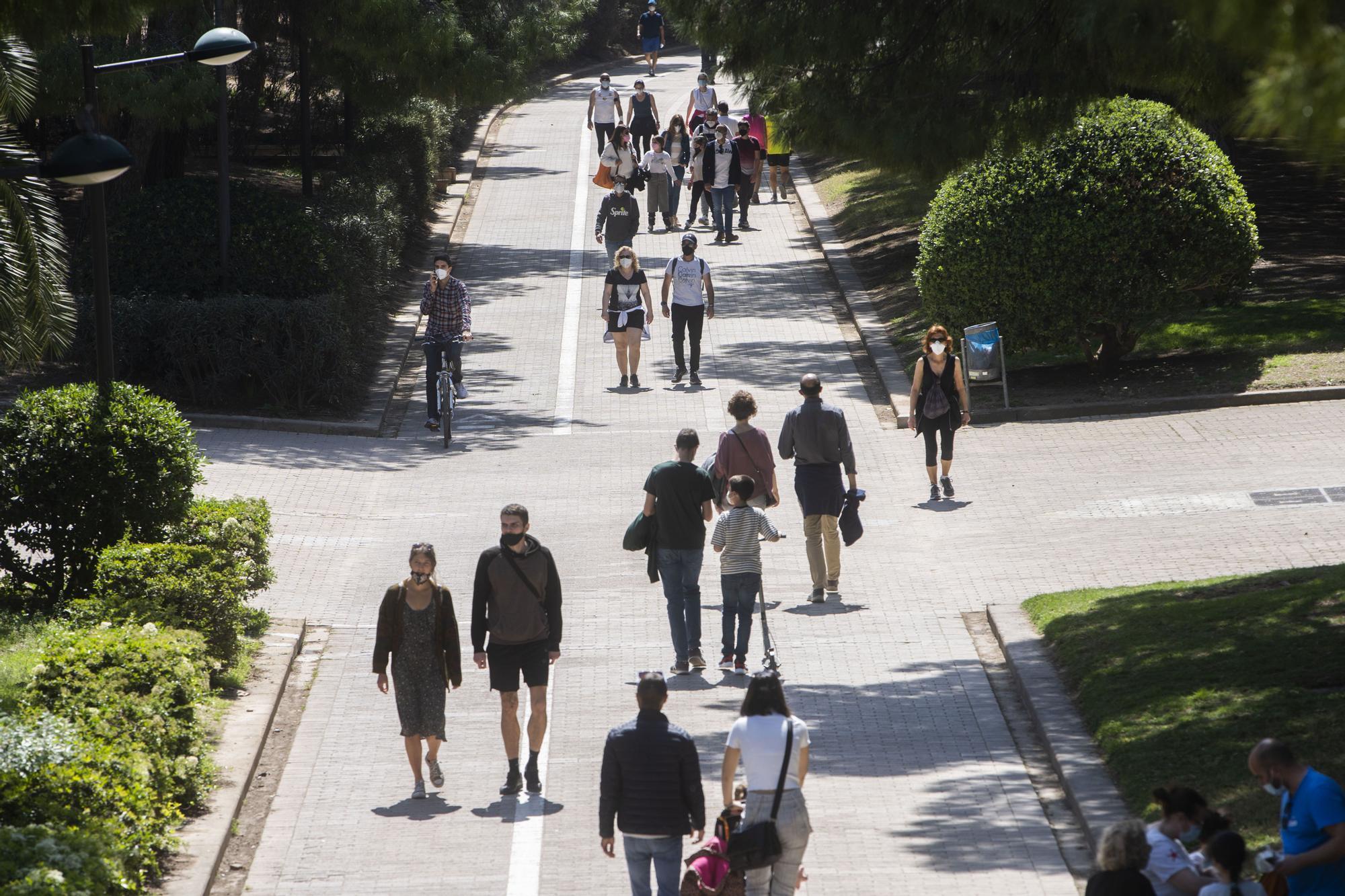 Los valencianos se lanzan a la calle en un soleado lunes de Pascua