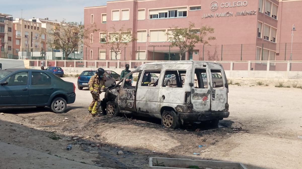 Un vehículo es pasto de las llamas en el casco urbano de Cieza.
