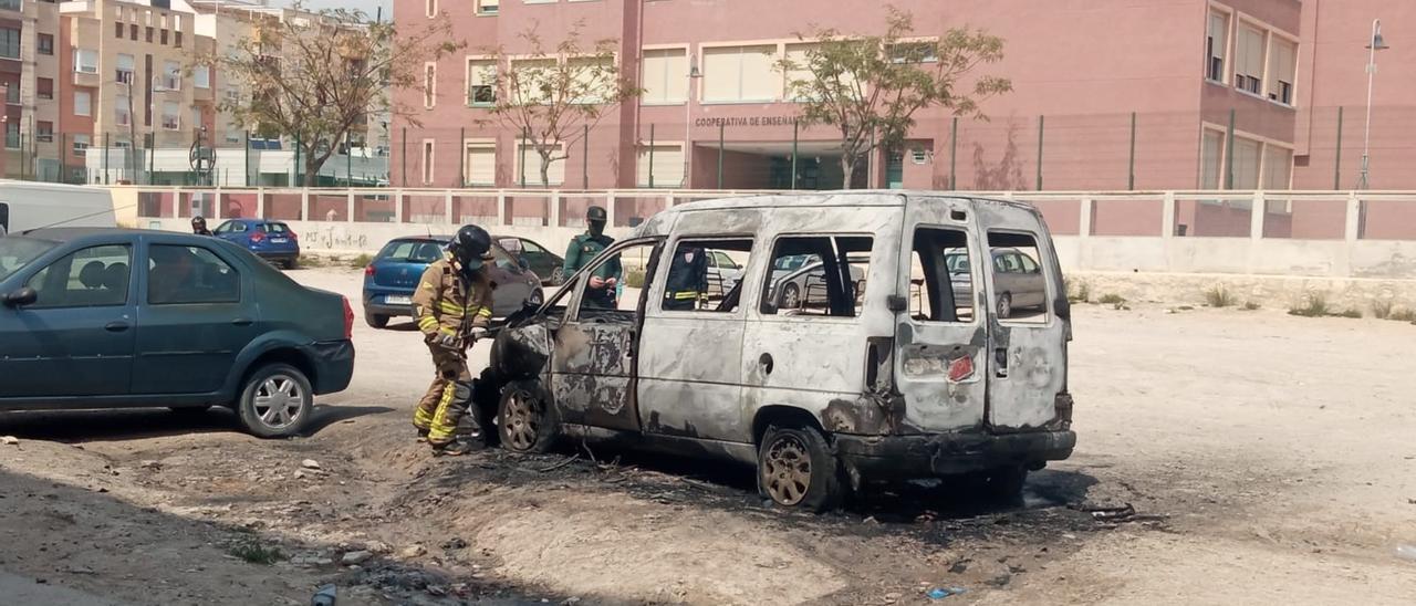 Un vehículo es pasto de las llamas en el casco urbano de Cieza