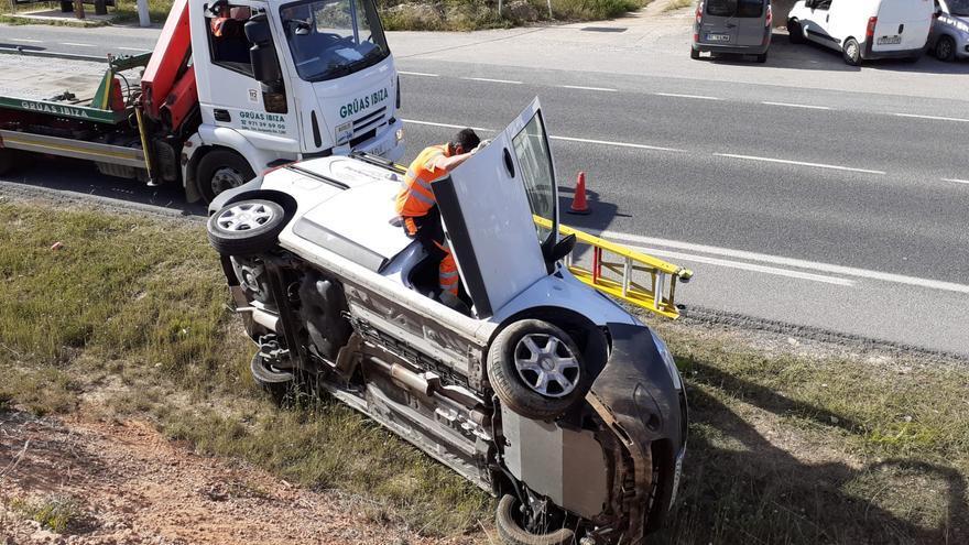 Herido leve el conductor de una furgoneta tras un accidente en Ibiza