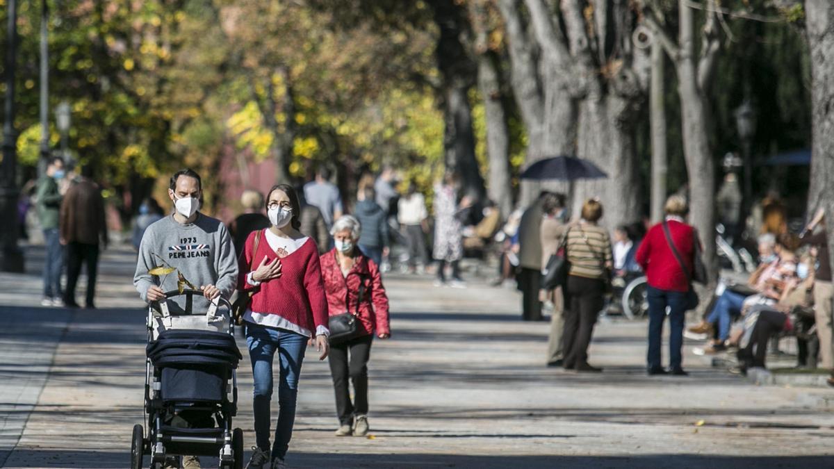 Gente paseando por Oviedo con su mascarilla. | MIKI LÓPEZ