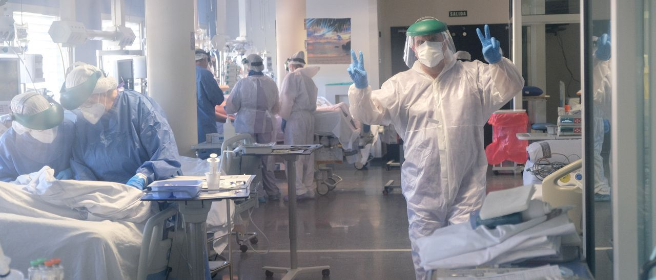 Un enfermero haciendo la señal de la victoria en la UCI del Hospital General Universitario de Elda.